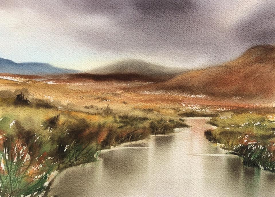 Maumturk Mountains Irland. Ett stilla vattendrag fångat på Irland